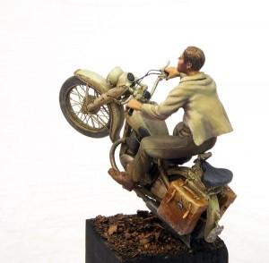 motocyklista, figurka z lewej