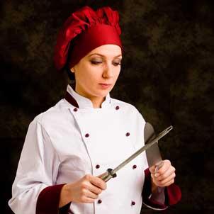 Chef che affila il coltello